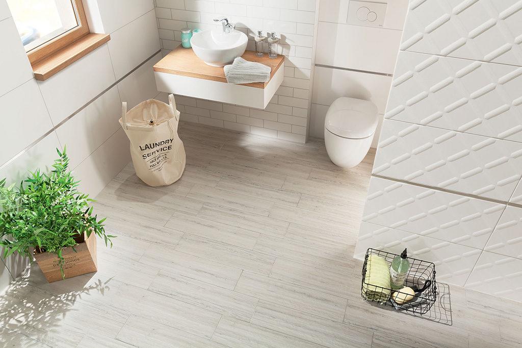 jasne płytki imitujące deski do skandynawskiej łazienki na podłogę