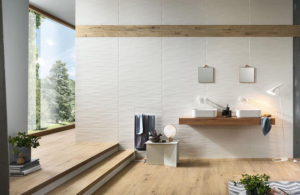 Biała łazienka z drewnem. Inspiracja viverto