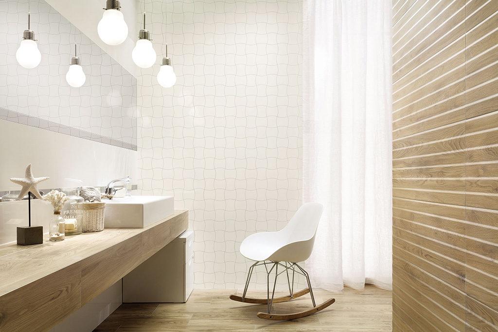 łazienka w beżu i drewnie