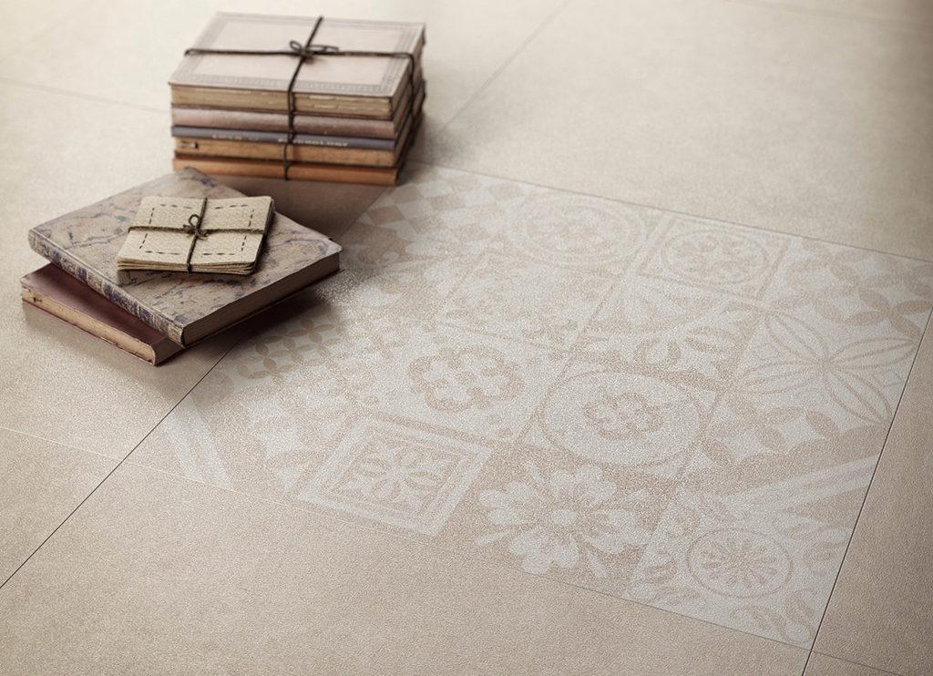 Beżowy patchwork na podłodze