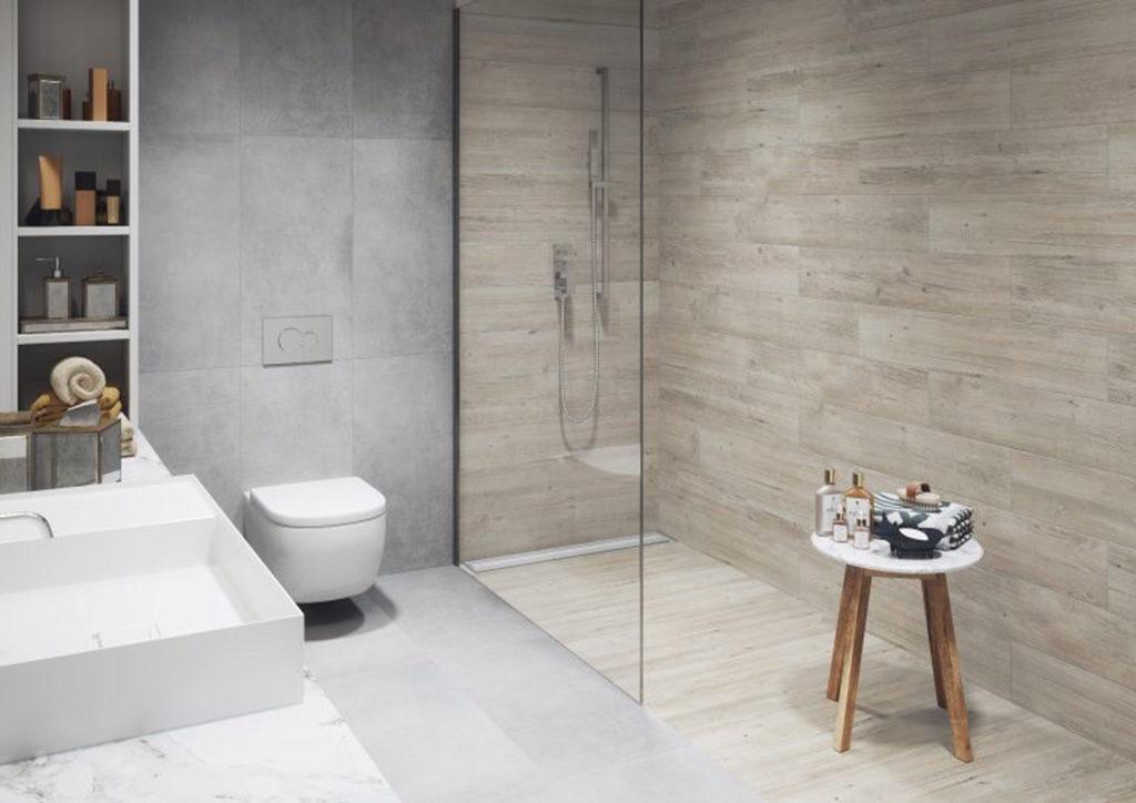 Łazienka z prysznicem wyłożonym płytkami imitującymi deski