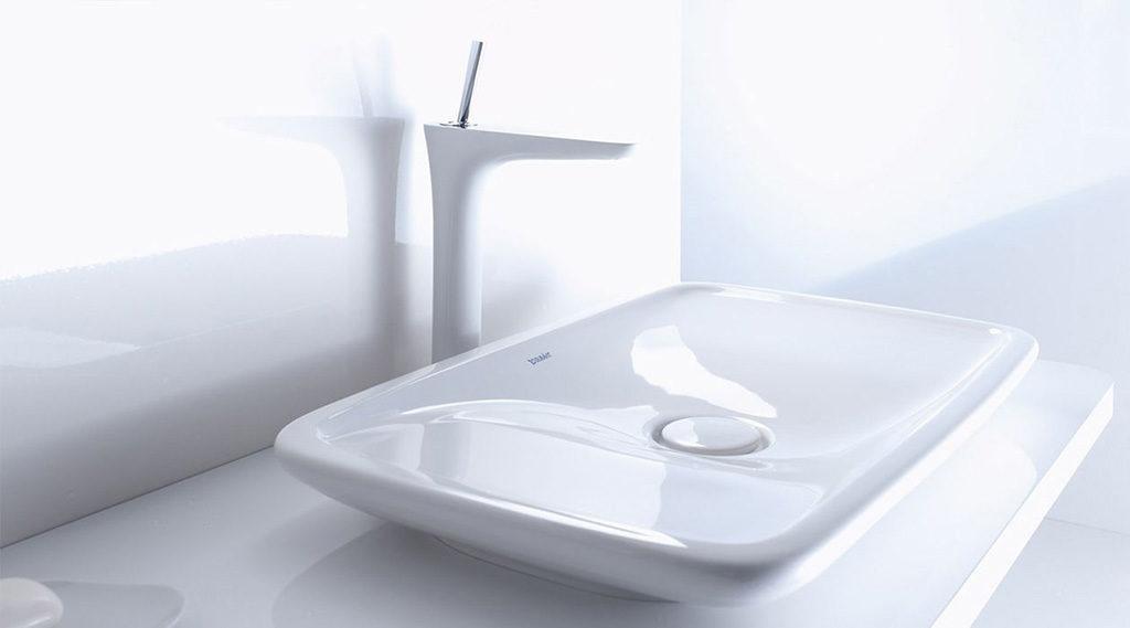 Biała bateria umywalkowa wolnostojąca do nowoczesnej umywalki nablatowej