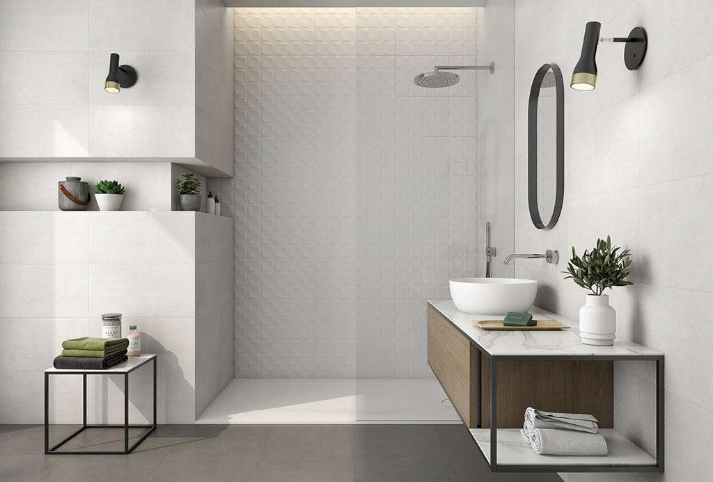 Biała łazienka z płytkami 3D pod prysznicem i czarnymi dodatkami