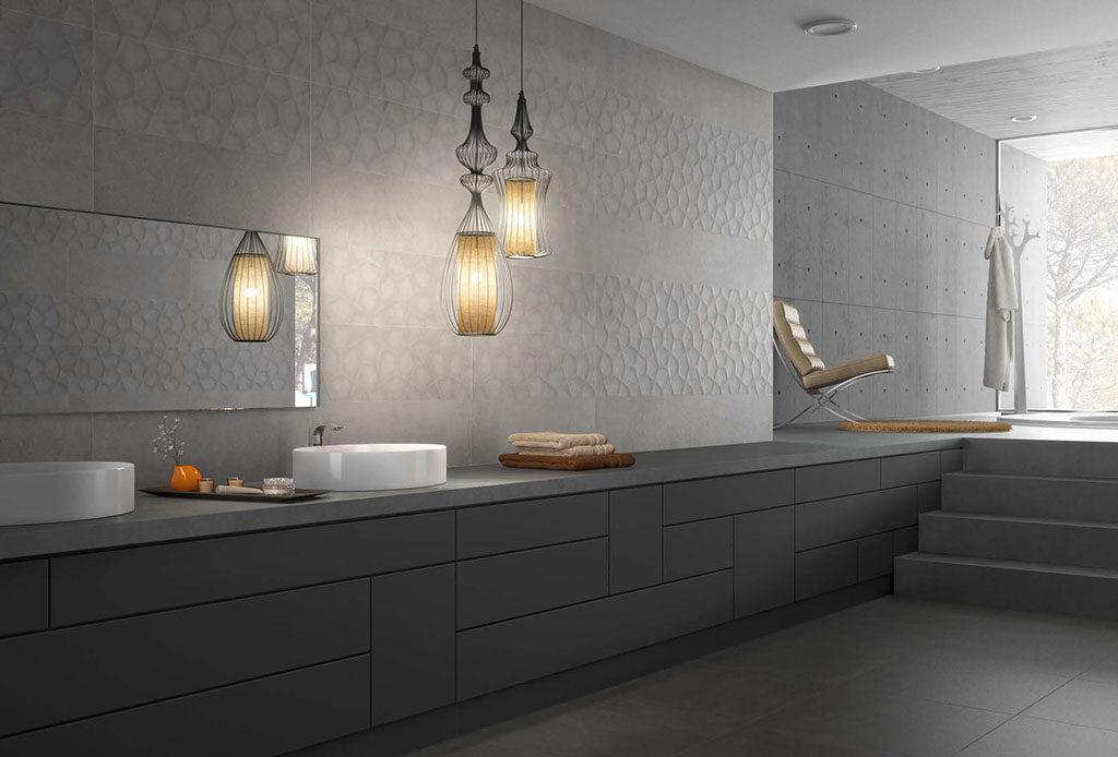 Dekor 3D na scianie w nowoczesnej, szarej łazience