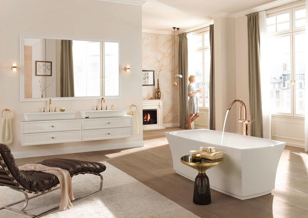 Elegancka łazienka w stylu hampton z wanną wolnostojącą i i elegancką miedzianą baterią wannową