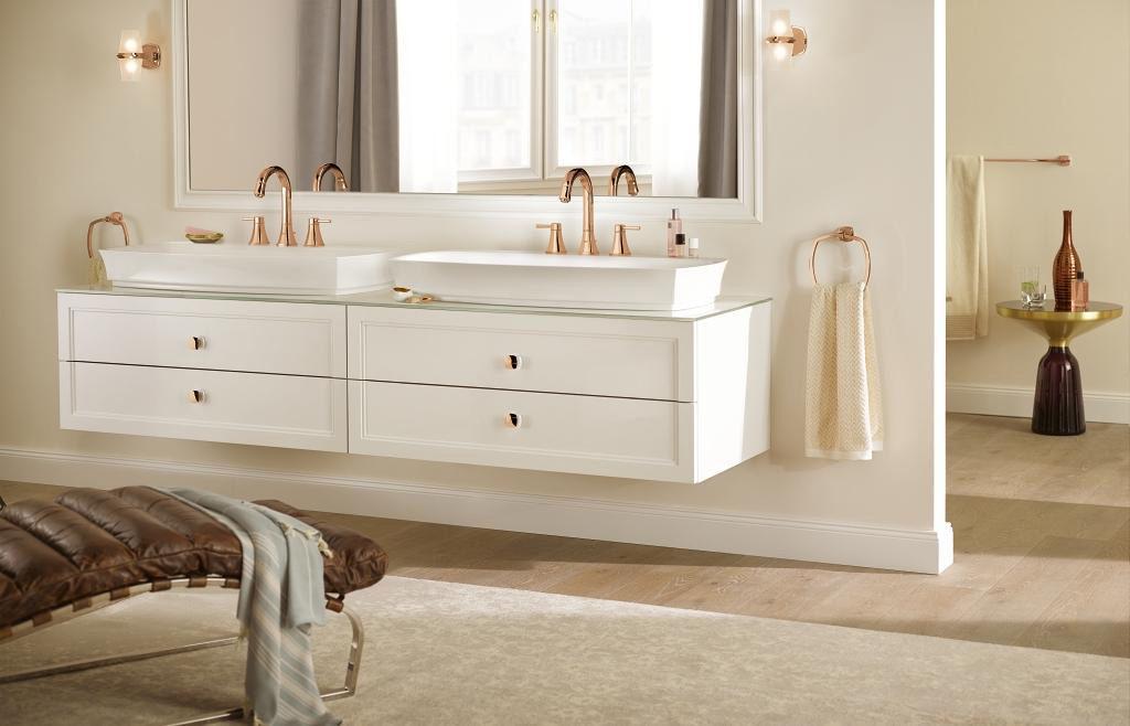 Łazienka wstylu hampton z miedzianymi bateriami umywalkowymi w stylu retro