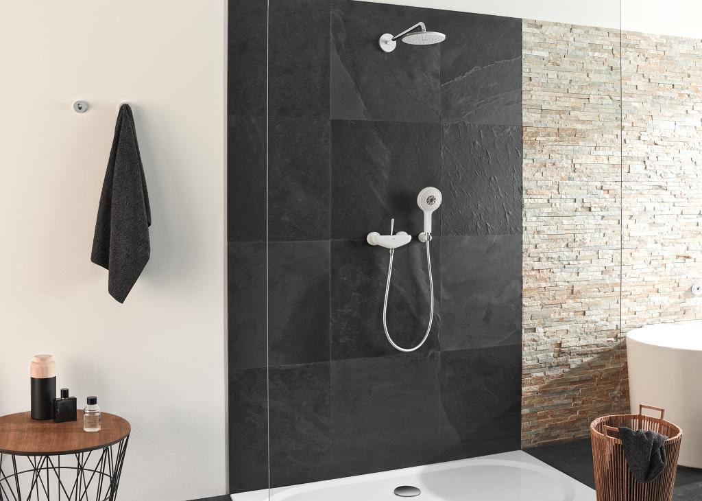 Biały zestaw prysznicowy pod prysznicem w nowoczesnej łazience z prysznicem walk-in