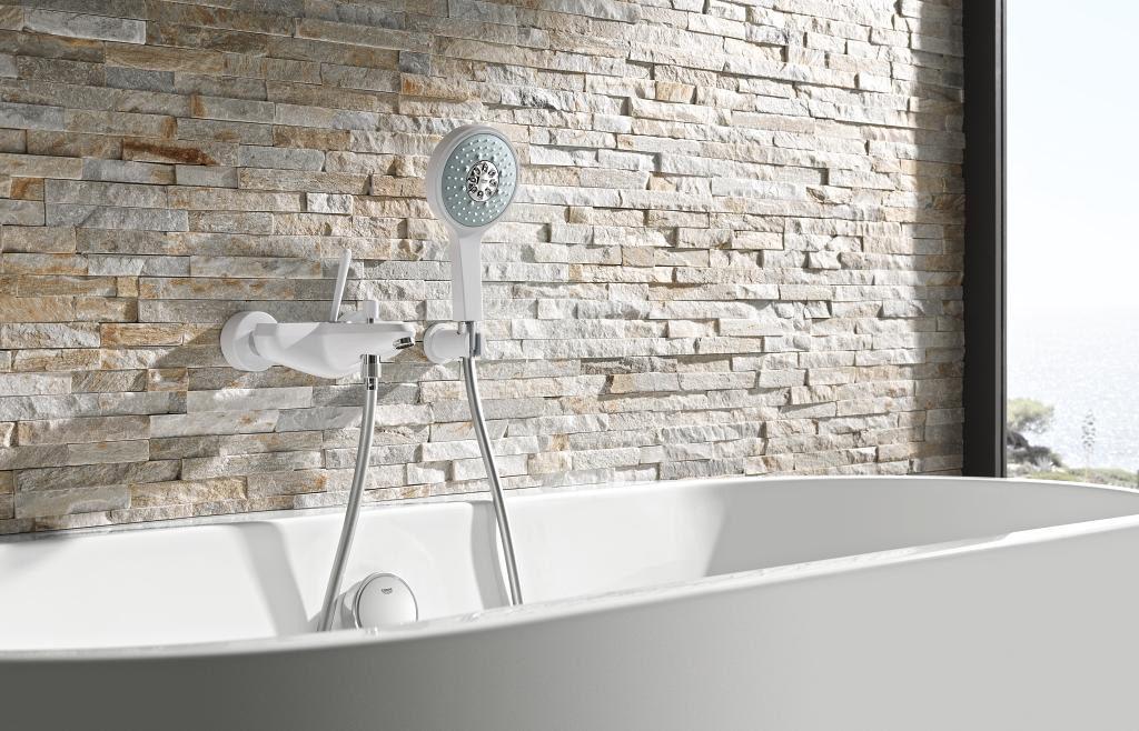 Biała bateria wannowa w łazience w stylu naturalnym