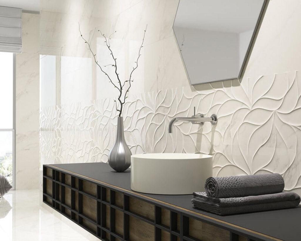 Motyw liści i fali na ścianie w łazience. Płytki 3D w bieli i trójwymiarze