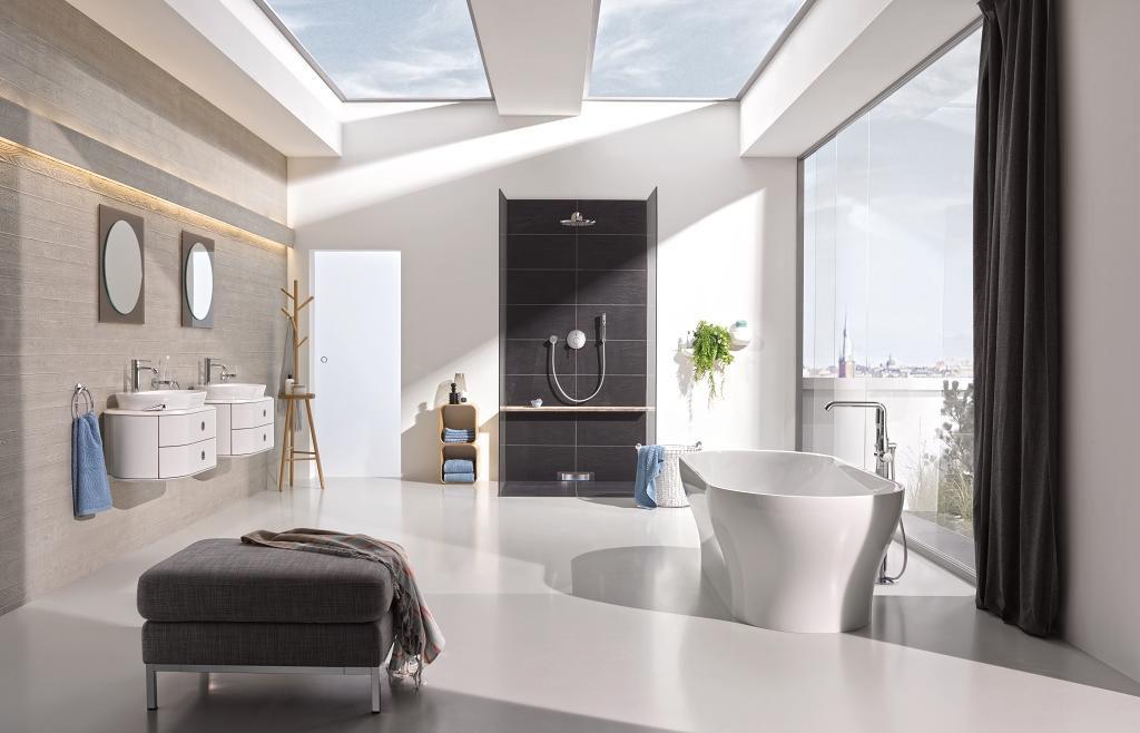 Minimalistyczna łazienka z otwartym prysznicem z zestawem natryskowym