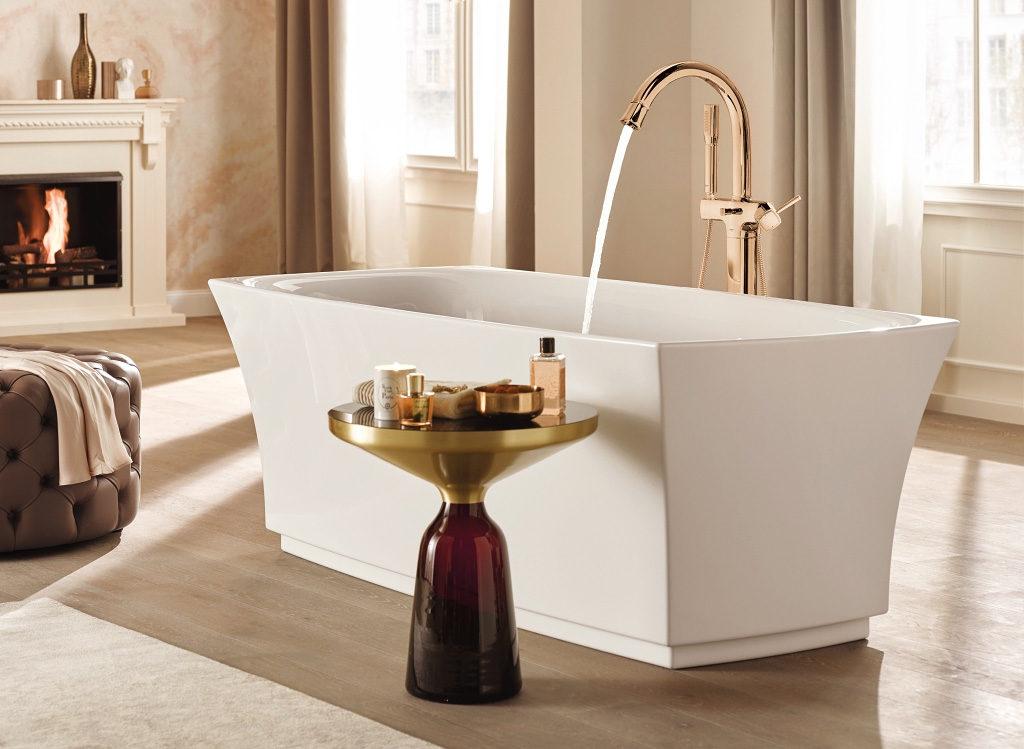 Elegancka łazienka w klimacie retro z miedzianą baterią umywalkową