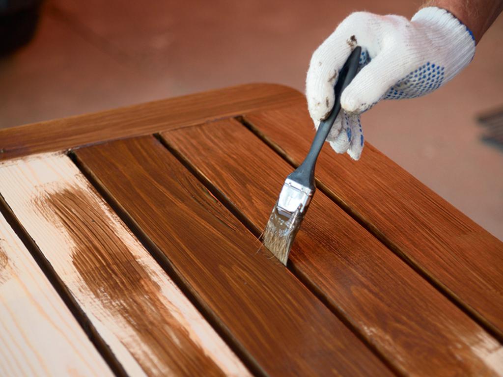 Farba kryjąca czy lakierobejca - co wybrać do malowania drewna
