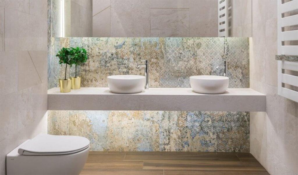 Umywalki nablatowe w modnej łazience z płytkami dywanowymi carpet