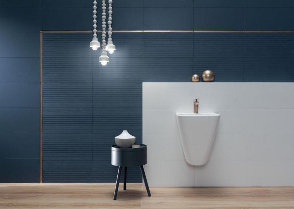 Granatowe płytki w łazience z motywem 3D. Elegancka aranżacja Tubądzin