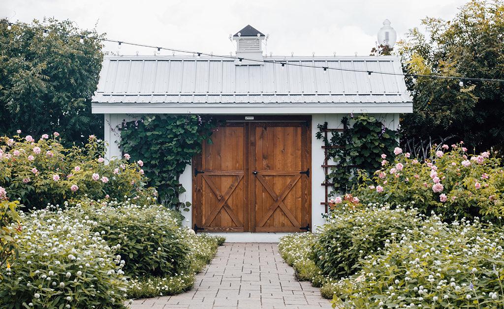 drewniane drzwi w ogrodzie - jaką farbę wybrac do malowania drewna